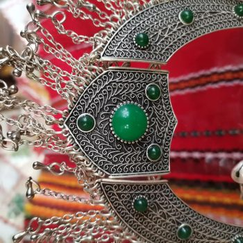 Безброй модели гривни, обеци, пръстени, колиета и бродирани бижута в магазин България.